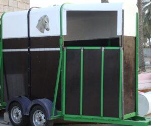 صندوق وعربة لنقل الخيول